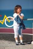 骑自行车乐趣女孩有运输路线一点在年轻人旁边 免版税库存照片