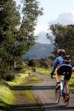 骑自行车他的人骑马 库存图片