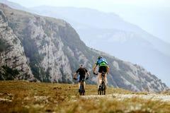 骑自行车体育自行车的山两个人 免版税库存图片