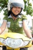 骑自行车俏丽的妇女 库存照片