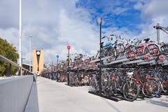 骑自行车停车处在火车站提耳堡大学,荷兰 库存照片
