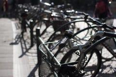 骑自行车停车 小组自行车 出租对象在城市 库存照片