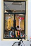 骑自行车儿童` s服装店Prinses en窗口的前面  库存图片