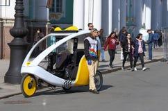 骑自行车出租汽车在一个春日在圣彼德堡的中心 免版税库存图片