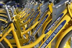 骑自行车分享自治市处理的TOBIKE都灵意大利2017年11月8日 免版税库存照片