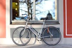 骑自行车反对一个窗口冬天早晨 库存照片