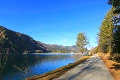 骑自行车和沿Achensee湖的人行道在冬天期间我 图库摄影