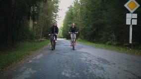 骑自行车在全景骑马剪影日落之外的概念夫妇乐趣愉快的健康生活方式 影视素材
