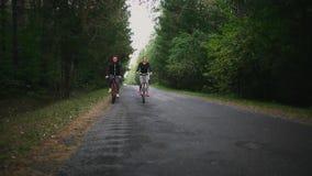 骑自行车在全景骑马剪影日落之外的概念夫妇乐趣愉快的健康生活方式 股票视频