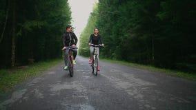 骑自行车在全景骑马剪影日落之外的概念夫妇乐趣愉快的健康生活方式 股票录像