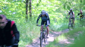 骑自行车在公园的朋友 股票录像