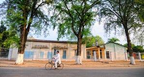 骑自行车在农村路的一个人在西宁市,越南 库存照片
