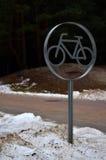 骑自行车在冬天 免版税库存图片