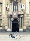 骑自行车在前面历史建筑的一个正方形 没人 库存图片