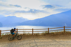 骑自行车在加尔达湖, Sentiero della Ponale, Riva del G的山 免版税库存照片