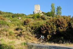 骑自行车在厄尔巴岛, Torre二圣乔瓦尼,托斯卡纳,意大利 免版税库存照片