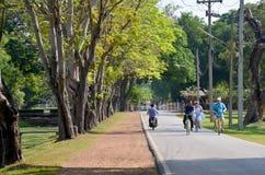 骑自行车在参观的路的人们和旅行家在Histori附近 库存图片