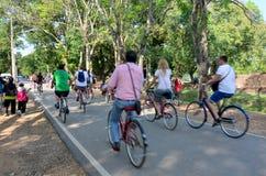 骑自行车在参观的路的人们和旅行家在Histori附近 免版税库存图片