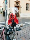 骑自行车在城市停放的现代自行车的儿童位子 免版税库存照片