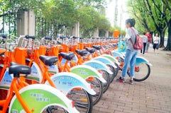 骑自行车在城市的街道的出租设施 免版税库存图片