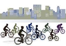 骑自行车在城市的骑自行车者 库存照片