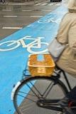 骑自行车在城市 免版税库存图片