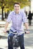 骑自行车在城市 免版税库存照片