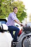 骑自行车在城市 库存图片