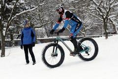 骑自行车在小山的冰 库存图片
