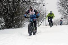 骑自行车在小山的冰 免版税库存图片