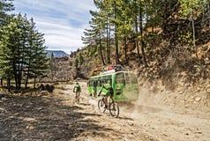 骑自行车在尼泊尔的山 免版税图库摄影