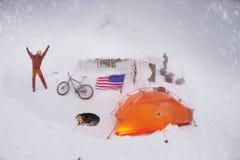骑自行车在新年的山 免版税库存照片