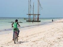 骑自行车在桑给巴尔的当地人民 免版税库存图片