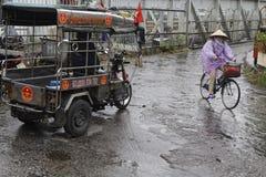 骑自行车在桥梁外面在一个雨天 库存照片