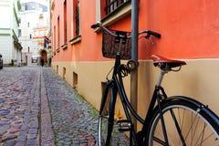 骑自行车在橙色墙壁上在耶路撒冷旧城 图库摄影