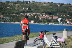 骑自行车在海海岸线 免版税库存照片
