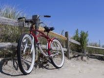 骑自行车在海滩在一个晴天 库存图片