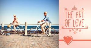 骑自行车在海边的夫妇的综合图象 免版税库存照片