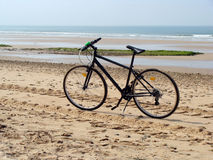 骑自行车在海滩 库存照片