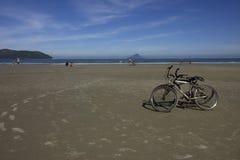 骑自行车在海滩 免版税图库摄影