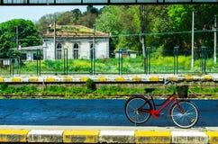 骑自行车在火车站平台在伊斯坦布尔,土耳其 免版税图库摄影