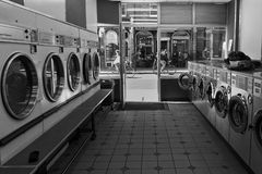 骑自行车在自动洗衣店外面 免版税库存图片