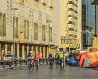 骑自行车在街道上的游人在迪拜,阿拉伯联合酋长国 免版税库存图片