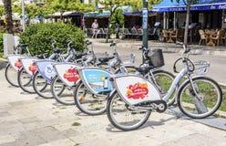骑自行车在街道的租务在度假圣地希贝尼克,克罗地亚 库存照片