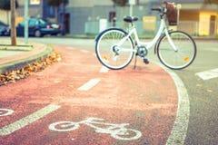 骑自行车在街道自行车车道的路标志与 库存图片