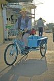 骑自行车在食物和鱼市上在美好的传统fischerm 免版税库存照片