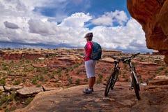 骑自行车在Canyonlands的山 免版税库存照片