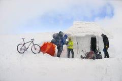 骑自行车在Goverla的山在新年 免版税库存照片