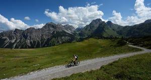 骑自行车在Lechquellengebirge,奥地利 库存图片