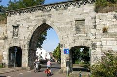 骑自行车在Waerachtig门在城市马斯特里赫特 库存照片